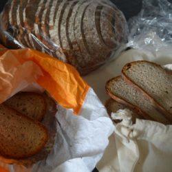 Brot in verschiedenen Verpackungen